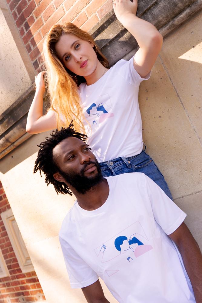 Agathe Sorlet et un modèle homme avec les t-shirts d'Agathe Sorlet devant un mur en brique
