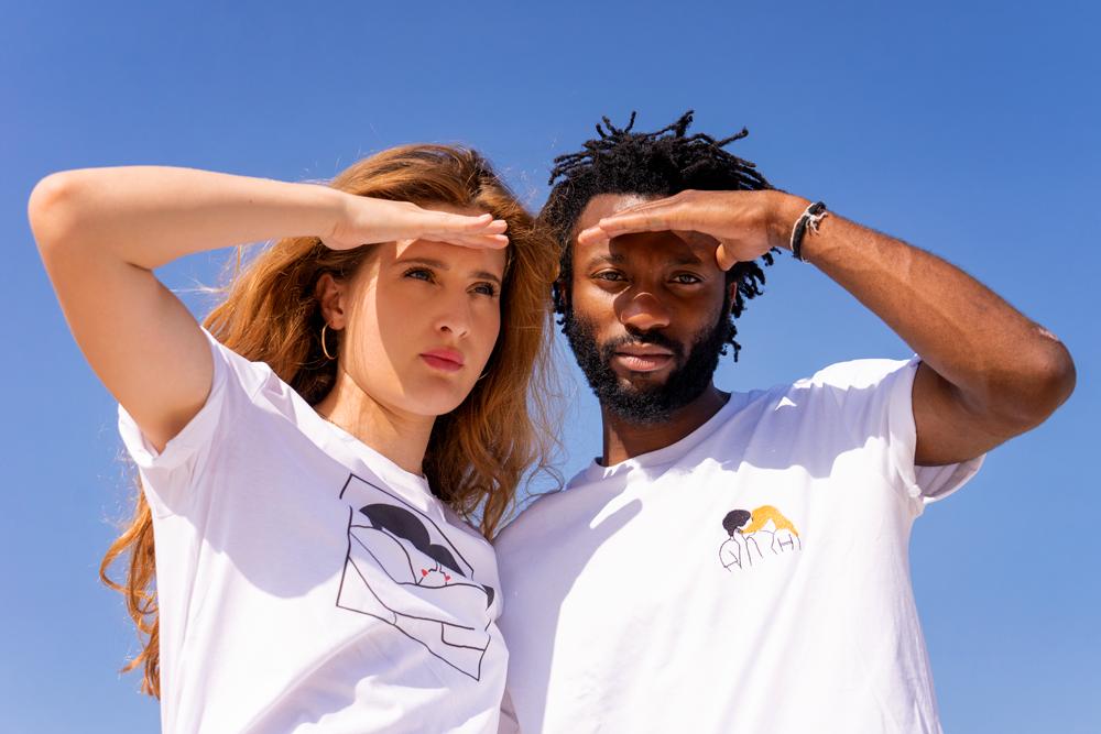 Agathe Sorlet et un modèle homme avec les t-shirts d'Agathe Sorlet éblouis sur fond de ciel bleu